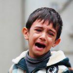 Huilende jongen die niet naar school wil